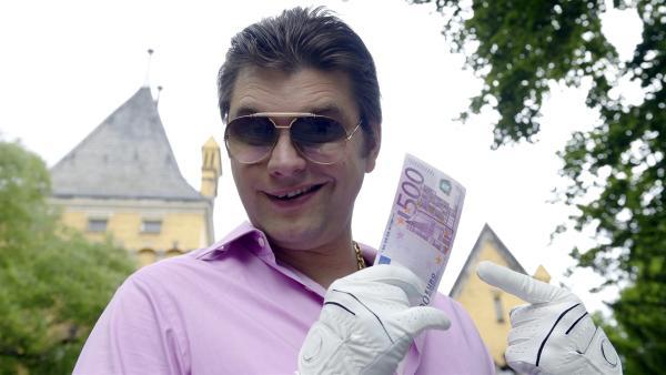 Macht Geld glücklich, und wenn ja - wie viel? Für Kai Krösel (Lutz van der Horst) steht fest: Mehr ist mehr und Glück kann man sich kaufen.   Rechte: ZDF/Antje Dittmann