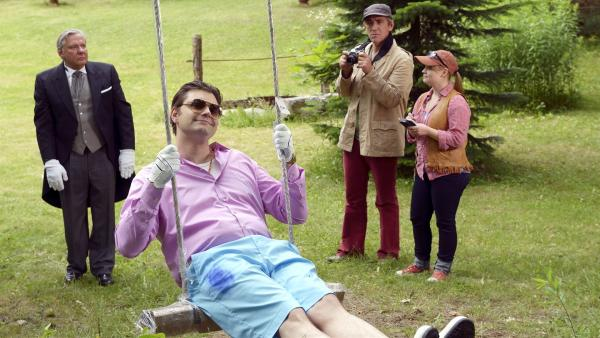 Fritz Fuchs (Guido Hammesfahr, 2.von rechts) und seine Cousine Charlie (Géraldine Raths, rechts) forschen nach, wer der glücklichste Mensch Bärstadts ist - derjenige muss Charlies Glücksbringer gestohlen haben. Der Millionär Krösel (Lutz van der Horst, Miite) meint, dass ihn sein vieles Geld glücklich macht.   Rechte: ZDF/Antje Dittmann