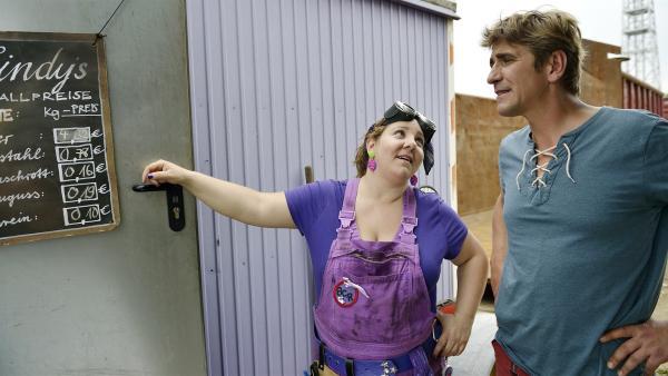 Schrotthändlerin Cindy (Mackie Heilmann, links) tut ganz harmlos und erklärt Fritz (Guido Hammesfahr, rechts) die Preise fürs Altmetall. | Rechte: ZDF/Antje Dittmann