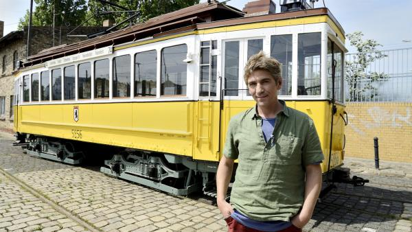 Bevor Fritz Fuchs (Guido Hammesfahr) endlich eine antike Straßenbahn fahren darf, muss er einen falschen Verdacht loswerden. | Rechte: ZDF/Antje Dittmann