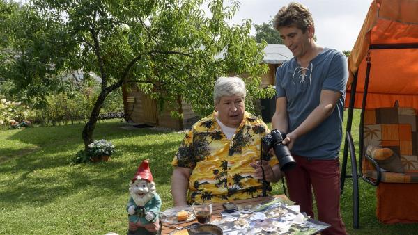 Fritz Fuchs (Guido Hammesfahr, rechts) zeigt seinem Nachbarn (Helmut Krauss, lechts) die Aufnahmen der ungebetenen Wild-Gäste auf dessen Dachboden. | Rechte: ZDF/Antje Dittmann