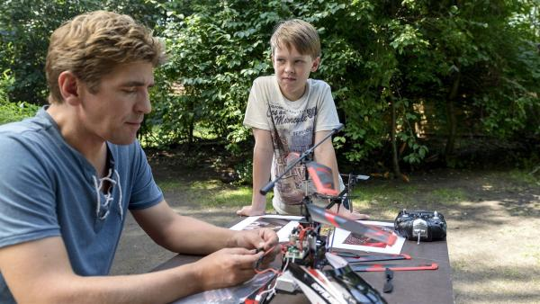 Fritz Fuchs (Guido Hammesfahr, links) erklärt Victor (Finn Fiebig, rechts), warum er die Waschbärenbande nicht bei sich zu Hause aufnehmen kann. | Rechte: ZDF/Antje Dittmann