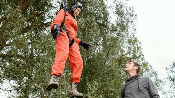 Fallschirmspringerin Rosi (Renate Serwotke) wurde vom Wind in eine Baumkrone getrieben. Fritz Fuchs (Guido Hammesfahr)  versucht, sie zu retten. | Rechte: KiKA/Bildredaktion