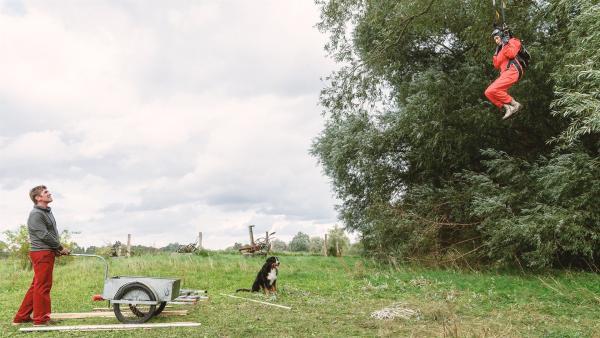 Wie bekommt Fritz Fuchs (Guido Hammesfahr) Rosi (Renate Serwotke) bloß aus der Baumkrone? Ihr Fallschirm wurde vom Wind dorthin geweht. | Rechte: KiKA/Bildredaktion