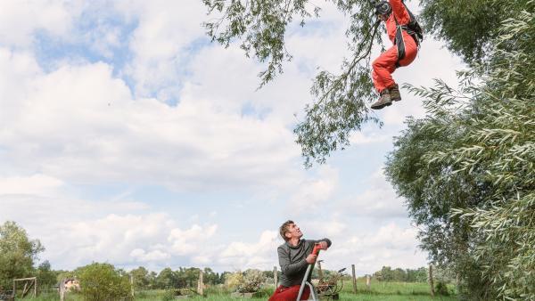 Fritz Fuchs (Guido Hammesfahr) und Rosi (Renate Serwotke) sind relativ entspannt. Sie verlassen sich darauf, dass Rosis Neffe gleich mit der Feuerwehr zur Rettung anrückt. | Rechte: KiKA/Bildredaktion