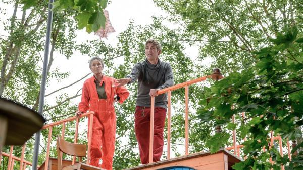 Test für den Mini-Fallschirm Marke Eigenbau. Fritz Fuchs (Guido Hammesfahr) und Rosi (Renate Serwotke) sind gespannt, ob der Fallschirm eine Kamera trägt. | Rechte: KiKA/Bildredaktion