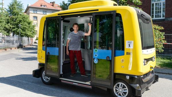 Fritz Fuchs (Guido Hammesfahr) ist von dem selbstfahrenden Bus fasziniert. | Rechte: ZDF/Antje Dittmann