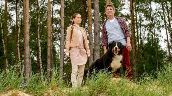 Fritz (Guido Hammesfahr, re.) und Leyla (Cosima Henmann, li.) sind im großen Waldgebiet unterwegs - irgendwo muss sich der Falke doch versteckt haben. | Rechte: ZDF/Antje Dittmann