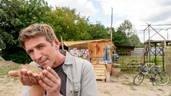 Fritz Fuchs (Guido Hammesfahr) ist sich sicher: In dieser Handvoll Erde steckt mehr drin, als man glaubt. Ob das stimmt?   Rechte: ZDF/Antje Dittmann