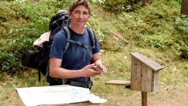 Fritz Fuchs (Guido Hammesfahr) entdeckt bei seiner mehrtägigen Wanderung im Stadtwald einen Bären. Fritz ist begeistert, doch die Freude hält nicht lange an. | Rechte: ZDF/Antje Dittmann