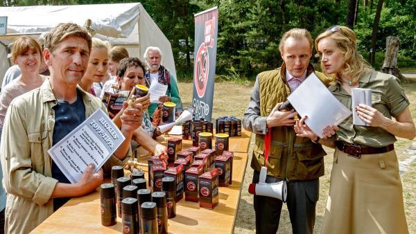 Während Fritz Fuchs (Guido Hammesfahr, links) die Antibären-Produkte von Frau Rickles (Judith Richter, rechts)genauer unter die Lupe nimmt, ist Herr Kluthe (Holger Handtke, Mitte) vom Ordnungsamt von all den Bären-Abwehrmitteln begeistert. | Rechte: ZDF/Antje Dittmann
