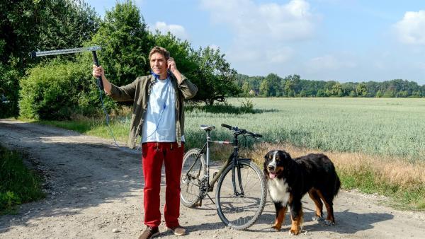 Fritz Fuchs (Guido Hammesfahr) und sein Hund Keks machen sich mit einer Antenne auf die Suche nach dem Bären. Vielleicht empfangen sie ein Signal vom wilden Gast. | Rechte: ZDF/Antje Dittmann