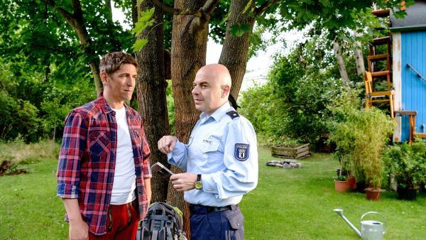 Fritz Fuchs (Guido Hammesfahr, links) und sein Freund Götz Prutz (Prodromos Antoniades, rechts) wollen herausfinden, wer die Spuren in Fritz' Garten hinterlassen hat. | Rechte: ZDF/Antje Dittmann