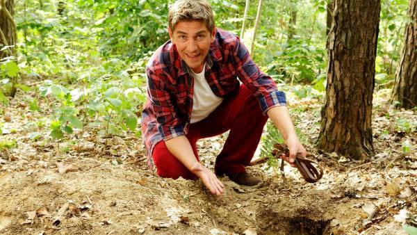 Fritz Fuchs (Guido Hammesfahr) möchte herausfinden, wer seinen Garten durchwühlt hat. Vielleicht waren es Dachse, die in der Nähe ihren Bau haben. | Rechte: ZDF/Antje Dittmann