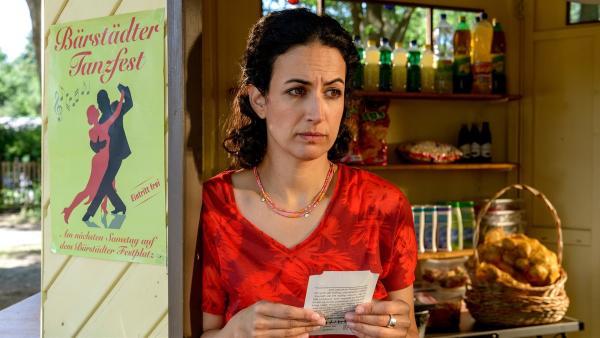 Yasemin (Sanam Afrashteh) steht traurig in ihrem Kiosk. Hat Fritz Fuchs tatsächlich ihren Geburtstag vergessen und keine Zeit, mit ihr zum Tanzfest zu gehen? | Rechte: ZDF/Antje Dittmann