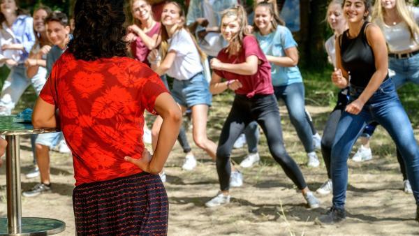 Yasemin (Sanam Afrashteh) und ganz Bärstadt sind im Tanzfieber. Nur Fritz Fuchs erfindet immer wieder neue Ausreden, um nicht tanzen zu müssen, dabei steckt uns das Tanzen doch im Blut, oder nicht? | Rechte: ZDF/Antje Dittmann