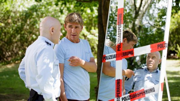 Fritz Fuchs (Guido Hammesfahr, rechts) und Polizist Prutz (Prodromos Antoniadis, links) haben ein Beweisstück sichergestellt. Es wurde nach dem Überfall auf den Wertsachentransporter gefunden. | Rechte: ZDF/ Andrea Hansen
