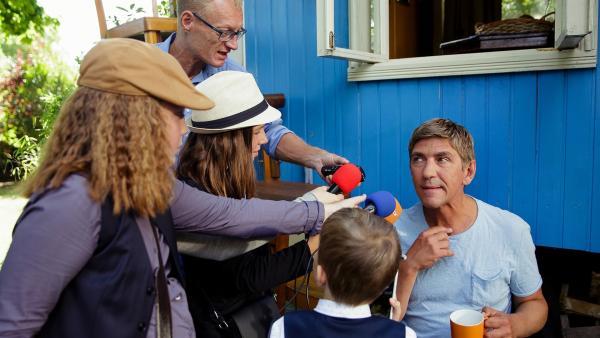 Die Bärstädter Presse will von Fritz Fuchs (Guido Hammesfahr) wissen, was er bei dem dreisten Diebstahl der wertvollen Spiegel beobachtet hat. | Rechte: ZDF/ Andrea Hansen