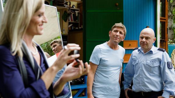 Das angebliche Beweisstück, das Fritz Fuchs (Guido Hammesfahr, Mitte) und Polizist Prutz (Prodromos Antoniadis, rechts) sichergestellt haben, gehört der netten Dame (Benedikt Zeitner, links), die mit Licht und Spiegeln experimentiert. | Rechte: ZDF/ Andrea Hansen