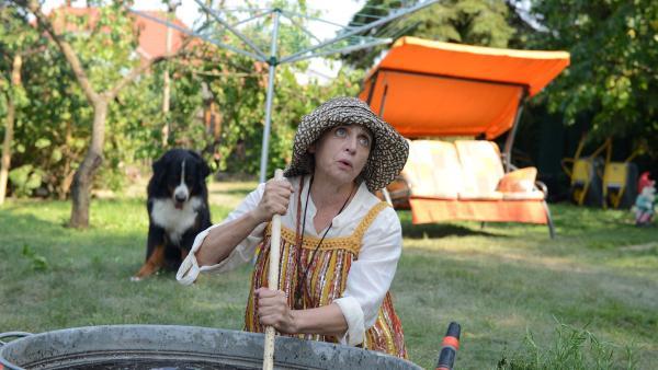 Mit einer Zauberbrühe möchte Punilla (Katharina Thalbach) die Eichhörnchen überführen.  | Rechte: ZDF/Katja Renner