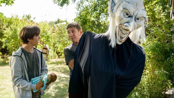 Fritz Fuchs (Guido Hammesfahr, rechts) hat Jakob (Arved Friese, links) erschreckt. Der Zauberer aus seinem Handy-Spiel scheint plötzlich zum Leben erwacht. So wie andere Figuren aus dem Puppentheaterstück. | Rechte: ZDF/Antje Dittmann