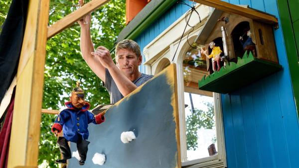 Fritz Fuchs (Guido Hammesfahr) hat Figuren aus dem alten Schultheaterstück mobilisiert. Ob sie sich neu zum Leben erwecken lassen? | Rechte: ZDF/Antje Dittmann