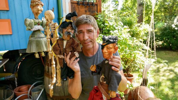 Fritz Fuchs (Guido Hammesfahr) erfindet ein Puppentheaterstück mit den alten Marionetten. Der Seeräuber mit der roten Hose kommt ihm bekannt vor. | Rechte: ZDF/Antje Dittmann