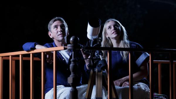 Fritz Fuchs (Guido Hammesfahr) und Luna (Johanna Ingelfinder) staunen bei ihrem Blick in den Bärstadter Nachthimmel: Ob es im All wohl noch anderes Leben gibt? | Rechte: ZDF/Antje Dittmann