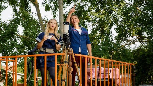 Fritz Fuchs (Guido Hammesfahr) und Luna (Johanna Ingelfinder) staunen bei ihrem Blick in den Bärstadter Nachthimmel: Ob es im All wohl noch anderes Leben gibt? | Rechte: ZDF/Andrea Hansen Fotografie