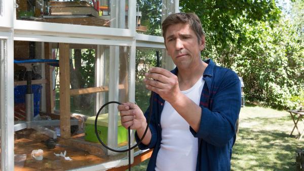 Das hätte auch schief gehen können! Fritz (Guido Hammesfahr) findet ein durch geknabbertes Kabel. | Rechte: ZDF/Zia Ziarno