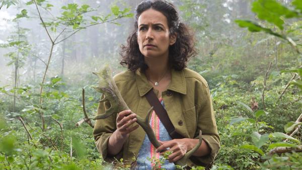 Yasemin (Sanam Afrashteh) findet das Stück eines Hirschgeweihs. Gehörte es zu dem Tier, das ihr vor das Auto gelaufen ist? | Rechte: ZDF/Zia Ziarno