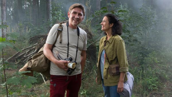 Fritz (Guido Hammesfahr) und Yasemin (Sanam Afrashteh) sind glücklich, die Spuren der Hirschkuh  führen sie wieder zusammen. Und dem Tier geht es gut. | Rechte: ZDF/Zia Ziarno