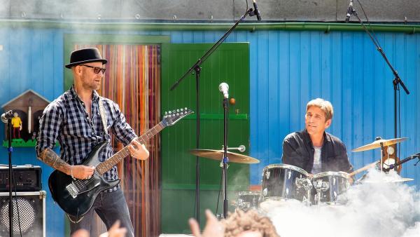 Der berühmte Rockstar Eric Laszlo (Jürgen Vogel) am Bauwagen. Was hat er mit Fritz (Guido Hammesfahr) und dessen Lampenfieber auf der Bühne zu tun? | Rechte: ZDF/Andrea Hansen Fotografie