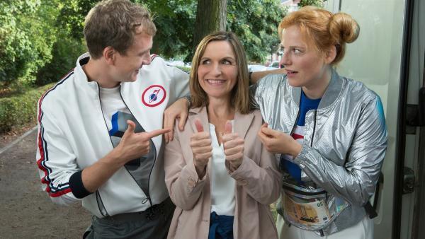 Max (Jan Krauter) und Cindy (Nora Koppen, r.) sind begeistert von ihrer neuen Geschäftspartnerin Suse (Eva Mannschott, M.). | Rechte: ZDF/Zia Ziarno