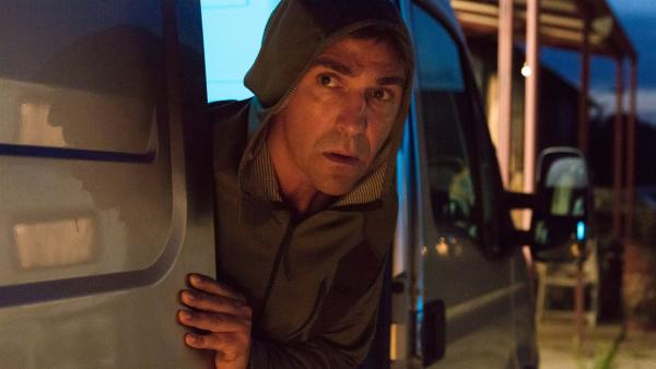 Was steckt hinter dem Wunderschuh? Heimlich macht sich Fritz Fuchs (Guido Hammesfahr) auf die Spur, um das Rätsel zu lösen. | Rechte: ZDF/Zia Ziarno
