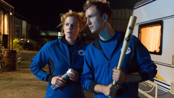Cindy (Nora Koppen) und Max (Jan Krauter) sind nicht begeistert von ihrem nächtlichen Besucher in ihrem Labor. | Rechte: ZDF/Zia Ziarno