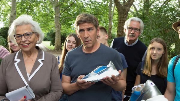 Fritz Fuchs (Guido Hammesfahr, M.) kann es nicht glauben. Dieser Wunderschuh soll die Schwerkraft beim Laufen überwinden. | Rechte: ZDF/Zia Ziarno