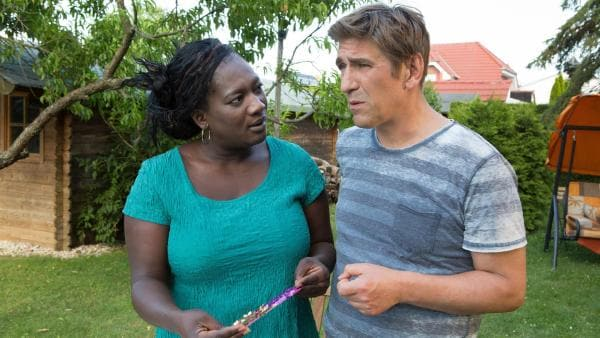 Schillernde Libellen! Marla (Thelma Buabeng) und Fritz Fuchs (Guido Hammesfahr) merken schnell, sie recherchieren im selben Fall. | Rechte: ZDF/Zia Ziarno