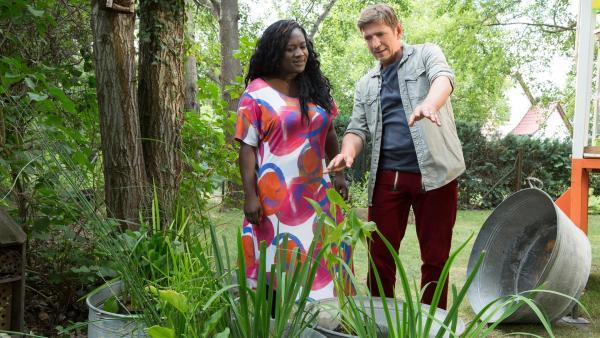 Marla (Thelma Buabeng) ist mal wieder nebenan zu Besuch und Fritz (Guido Hammesfahr) zeigt ihr sein neues Feuchtbiotop. | Rechte: ZDF/Zia Ziarno