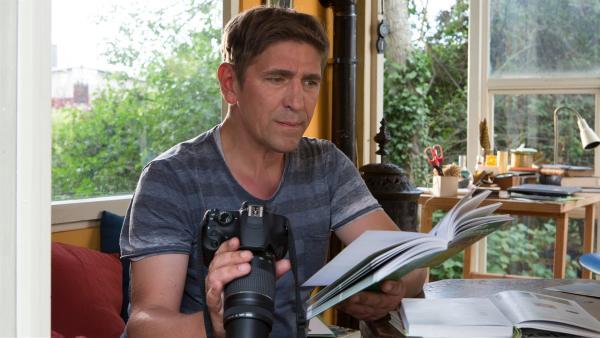 Fritz (Guido Hammesfahr) hat am Bärstädter Weiher Aufnahmen von seltenen Libellen gemacht und forscht nach, um welche Arten es sich handelt. | Rechte: ZDF/Zia Ziarno