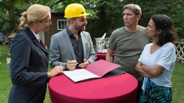 Hagen junior (Edin Hasanovic, 2.v.li.) plant große Veränderungen für den Elchwinkel, von denen Fritz Fuchs (Guido Hammesfahr, 3.v.li.) und Yasemin (Sanam Afrashteh, 4.v.li.) überhaupt nicht begeistert sind.   Rechte: ZDF/Zia Ziarno
