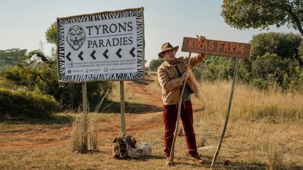 Fritz Fuchs (Guido Hammesfahr) ist mitten in Südafrika aus dem Bus gestiegen. Wo bleibt bloß Kira, die ihn abholen wollte? | Rechte: ZDF/Raquel Fernandes