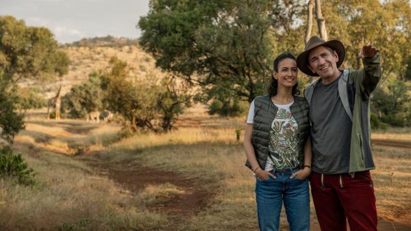 Fritz Fuchs (Guido Hammesfahr) ist schon vertraut mit der Wildnis. Auf der Suche nach dem Gepardenjungen zeigt er Yasemin (Sanam Afrashteh) die Schönheiten Südafrikas.   Rechte: ZDF/Raquel Fernandes