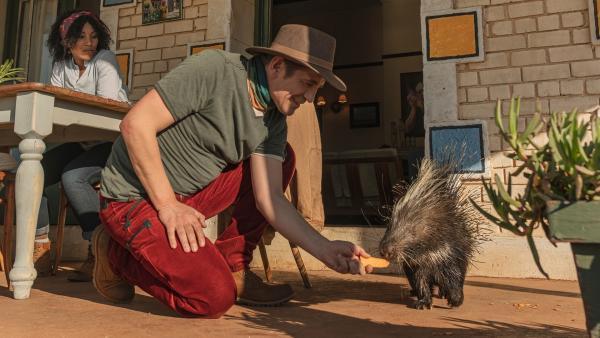 Kaum in Südafrika gelandet, hat Fritz Fuchs (Guido Hammesfahr) schon Freundschaft mit dem Stachelschwein Cookie geschlossen, eines der vielen Tiere auf Kiras (Thandi Sebe, li.) Farm. | Rechte: ZDF/Raquel Fernandes