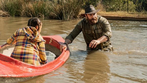 Bei der Freilassung der Mini-Krokodile geraten  Nandi (Sohela Oliphant) und der undurchsichtige Nachbar Tyron (Daniel Janks) in riesige Gefahr. | Rechte: ZDF/Raquel Fernandes