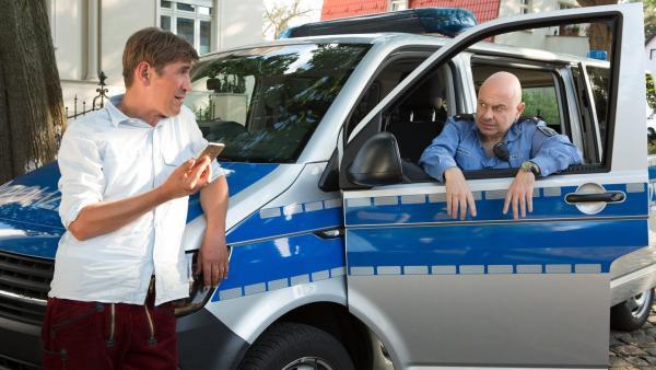 Fritz (Guido Hammesfahr, l.) hat sich einen Trick einfallen lassen: Mit dem Handy wollen er und Polizist Prutz (Prodromos Antoniadis, r.) die Einbrecherin verfolgen. | Rechte: ZDF/Zia Ziarno
