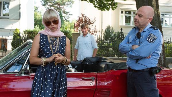 Fritz (Guido Hammesfahr, M.) und Polizist Prutz (Prodromos Antoniadis, r.) halten diese Dame (Lore Richter, l.) für die gesuchte Einbrecherin. Aber ihnen fehlen die Beweise. | Rechte: ZDF/Zia Ziarno
