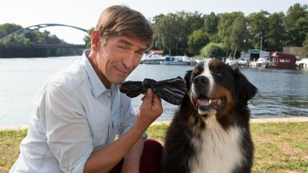 Keks ist ein schlauer Hund. Er hat die Schleife der Einbrecherin gefunden, ein wichtiges Beweismittel. Fritz (Guido Hammesfahr) kann nun weiter ermitteln. | Rechte: ZDF/Zia Ziarno