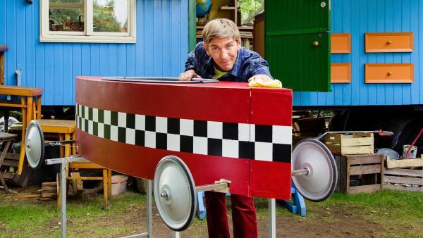 Ein Prachtstück, diese selbstgebaute Seifenkiste. Fritz (Guido Hammesfahr) will im Rennen zeigen, was er damit noch drauf. | Rechte: ZDF/Andrea Hansen