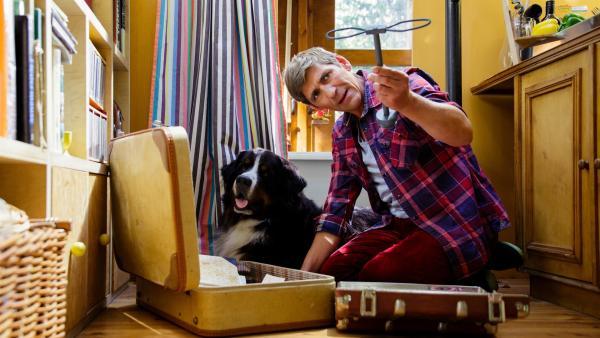 Im alten Koffer findet Fritz (Guido Hammesfahr) sogar noch das Lenkrad seiner Seifenkiste, die er als Kind besessen hat. | Rechte: ZDF/Andrea Hansen